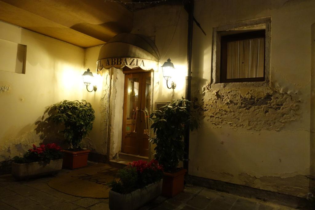 HOTEL Abbazia(ホテル アッバツィア)の入り口