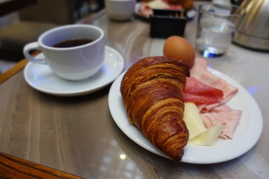 HOTEL Abbazia(ホテル アッバツィア)のクロワッサンとコーヒー