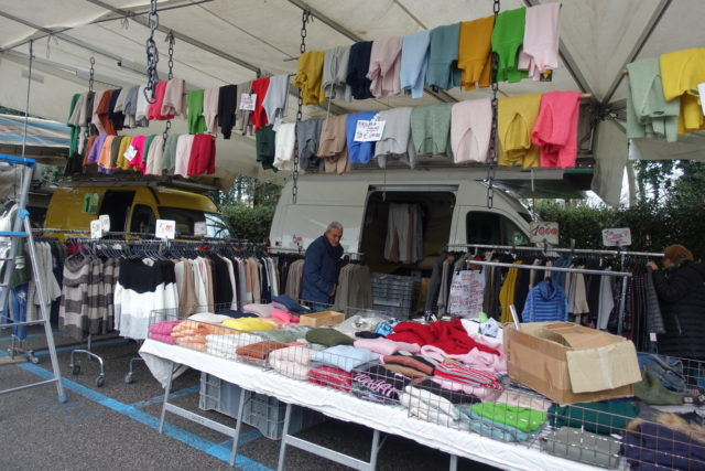 フィレンツェ「カッシーネの朝市」の洋服店