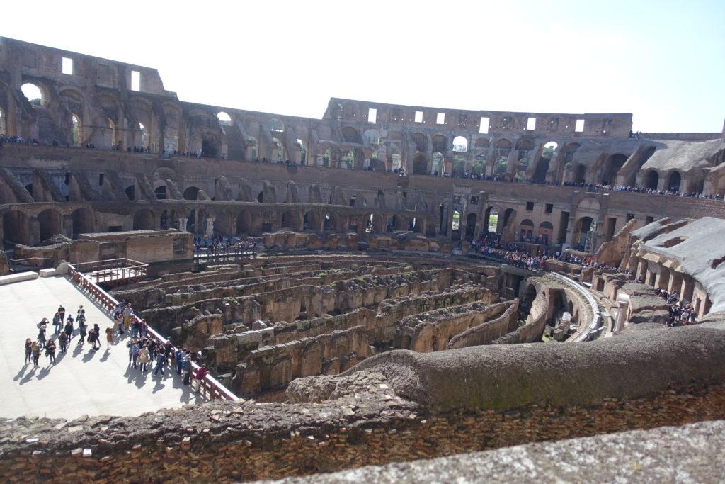 コロッセオの内部と施設