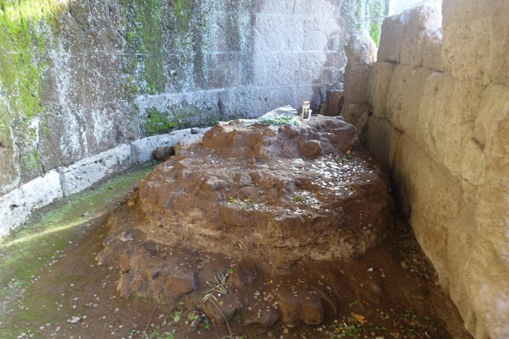 カエサル埋葬と墓