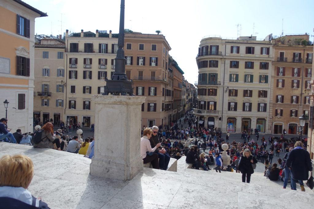 ローマ観光スペイン階段と観光客