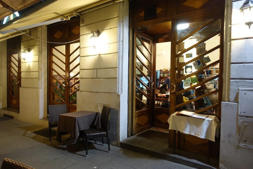 ローマのテルミニ駅近くのレストラン席