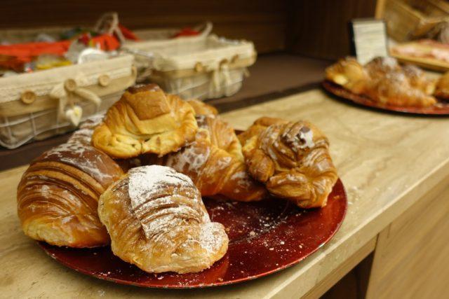 イタリアの朝食の甘いパン
