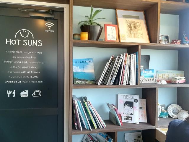 福間海岸沿いのカフェ「HOT SUNS(ホットサンズ)」の内観