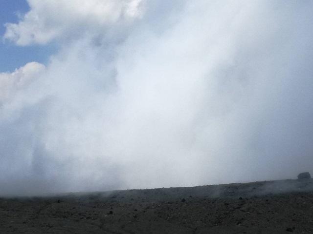 噴火している阿蘇火口