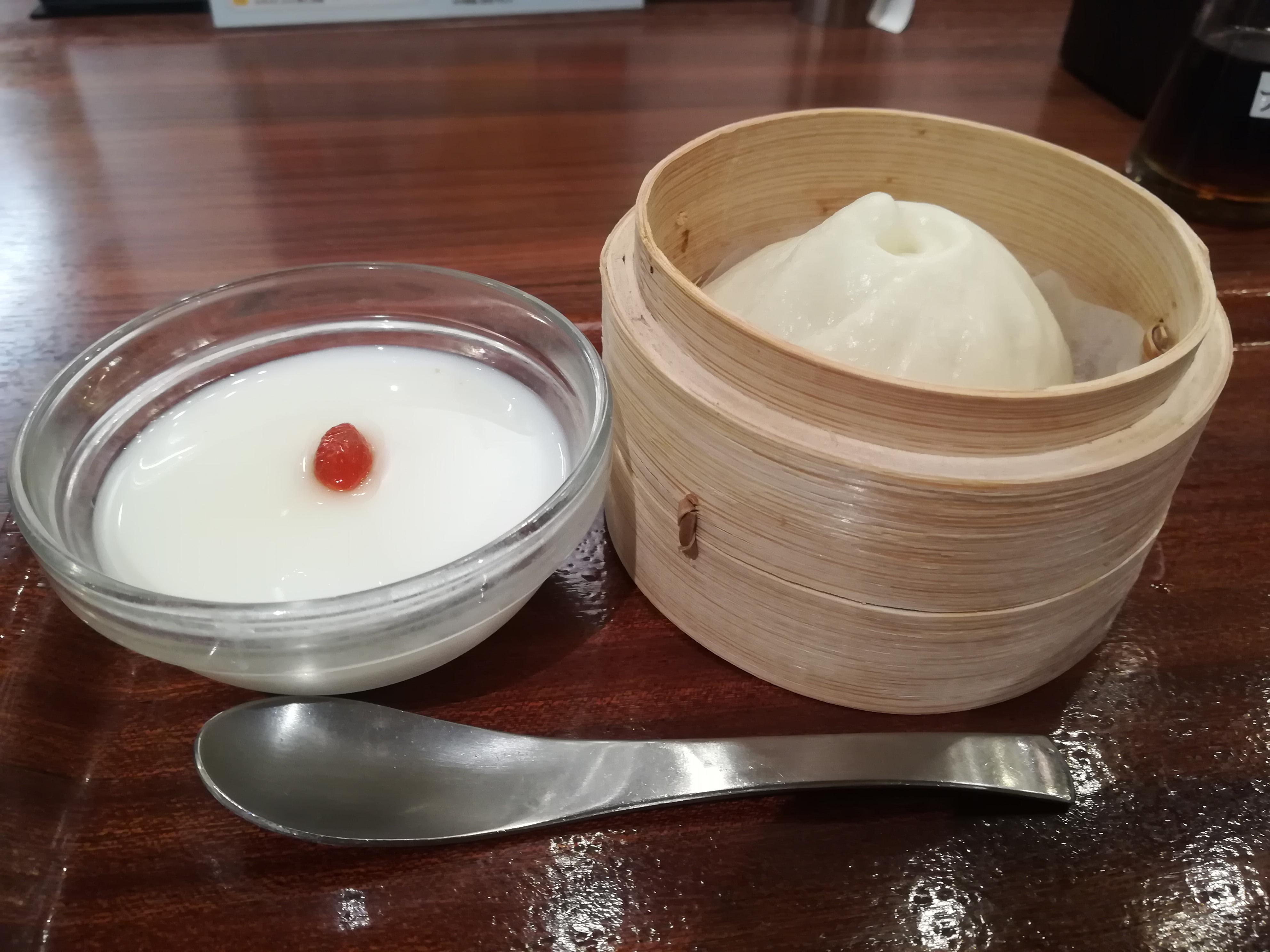 KITTE博多「粥餐庁(かゆさんちん)」の肉まんと杏仁豆腐