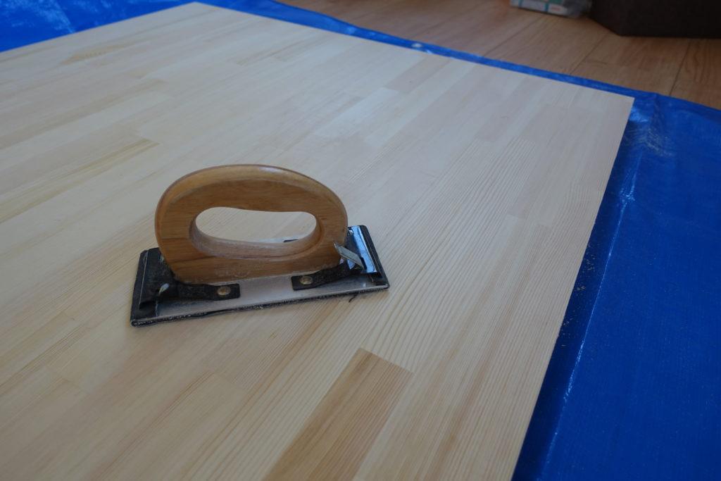 【初心者DIY】テーブルの天板を紙やすりで磨く