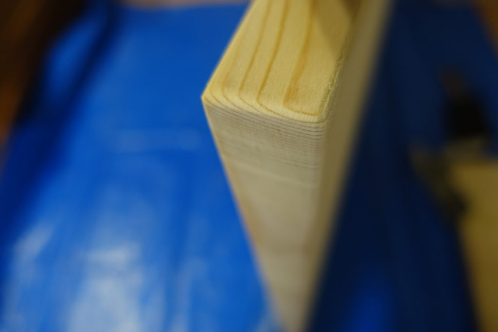 【初心者DIY】テーブルの天板を紙やすりで磨いてカドをとる