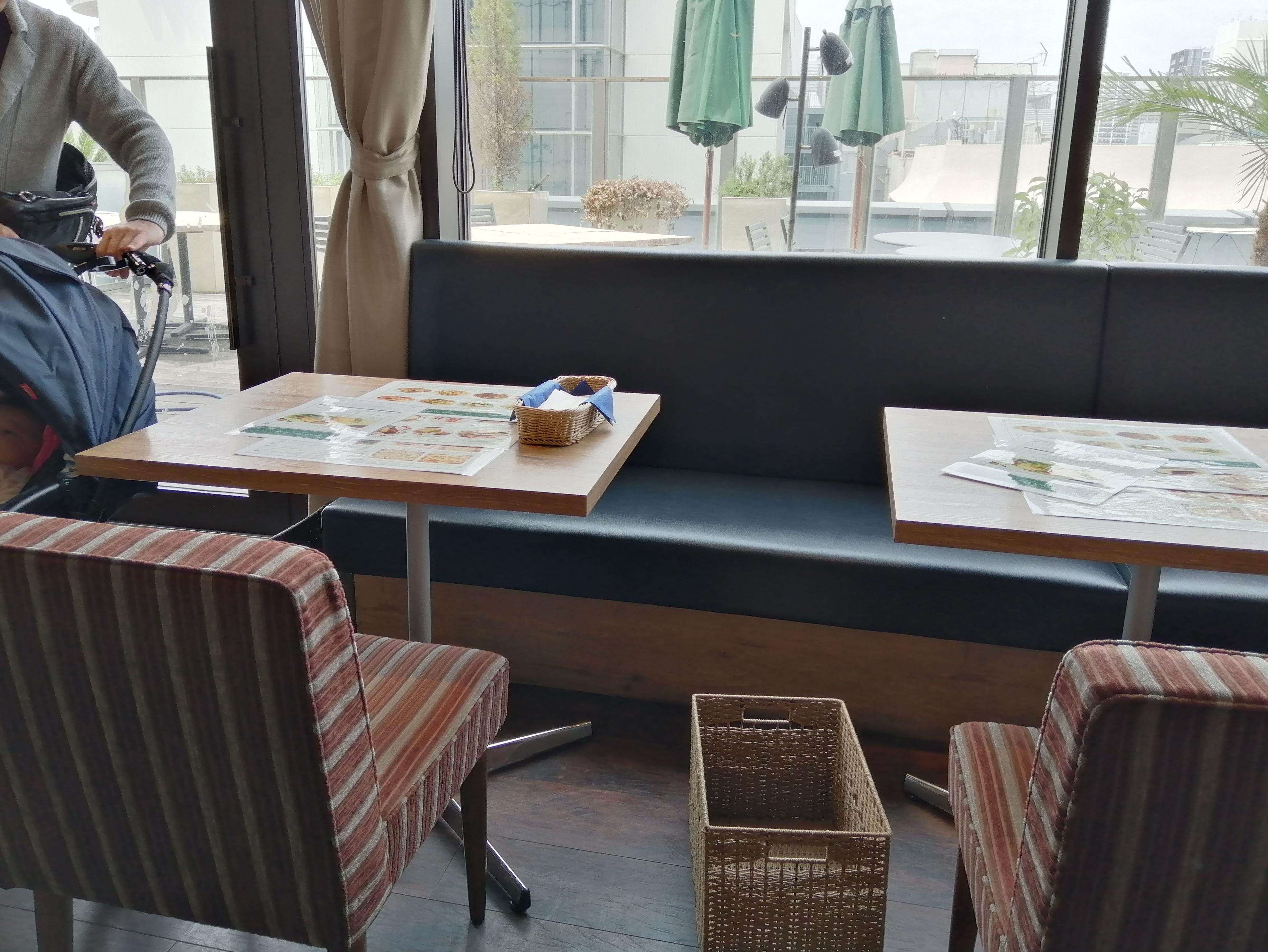 VIOROのカフェ「hus(ヒュース)」のテーブル席